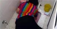 Kolu Tuvalete Sıkıştı!