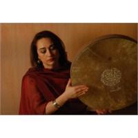 Sesiyle Kalbinizi Söküp Atıyor : Mamak Khadem !..