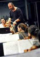 Cem Yılmaz Mozart`ın Senfonisini Sunar...