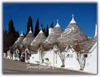 Koni Şeklindeki Evleri İle Alberobello Kasabası (b