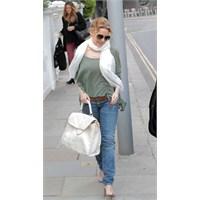Kylie Minogue Londra'da Prada Çantası İle Görüntül