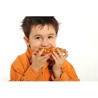 Çocuklara Ev Yapımı Köfte Ve Patates