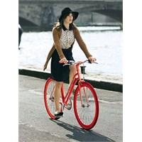 Süslü Kadınlar Bisiklet Kullanıyor!