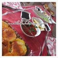 Mutlu Hafta Sonu Ve Kırmızı Kahvaltı Masası