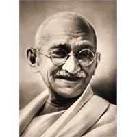 Satyagraha Felsefesinin Öncüsü Gandi
