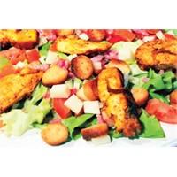 Soslu Kanat Salatası