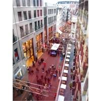 Amsterdam'in Ünlü Alışveriş Caddesi - Kalverstraat