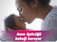 Anne Öpücüğü Bebeği Koruyor