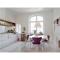 Beyaz Ve Lila Renkle Dekore Edilmis Bir Mutfak
