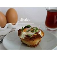 Ekmek Kasesinde Pastırmalı Peynirli Yumurta