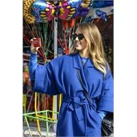 Jessica Alba'nın Mavi Paltosu