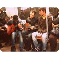 Canlı Müzik Eşliğinde En Güzel Metro Yolculuğu