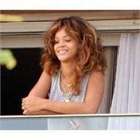 Rihanna Hem Makyajsız Hem De Pijamalı