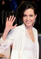 Angelına Jolienin Yeni Saç Stili