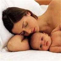 Bebeği Ve Anneyi Tehdit Ediyor!