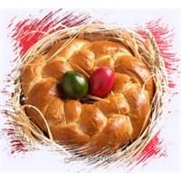 Paskalya Çöreği Ve Tatlı Meyveli Paskalya Çelengi