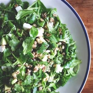 Farro salade met feta, avocado en veel groen