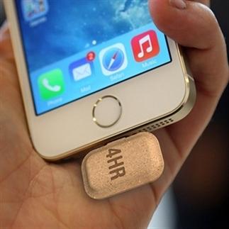 Smartphone opladen met kleine kartonnen tabletjes