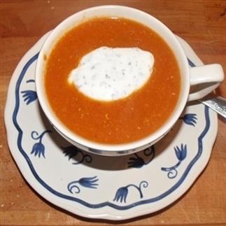 Tomaten-linzensoep met Griekse yoghurt