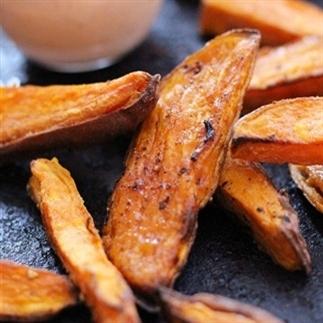 Zoete aardappel friet met sriracha mayo