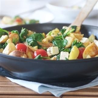 Spinazie wokken met feta en aardappeltjes