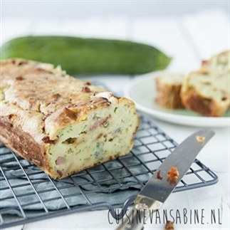 Hartige cake met courgette, spekjes en gorgonzola
