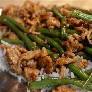 kip met haricots verts uit de wok