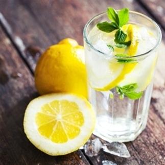 IJskoud water drinken. Waarom zou je dat doen?