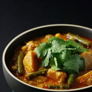 Snelle pompoen-kekkererwten-curry