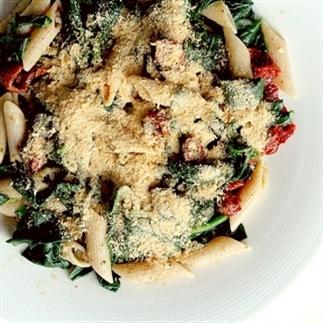 Recept: Romige pastasalade met spinazie en pesto