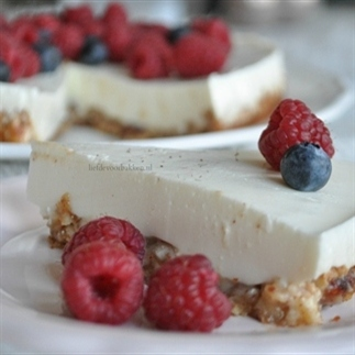 Griekse yoghurttaart met notenbodem