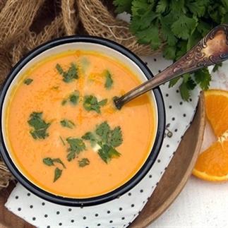 Waanzinninge wortelsoep met sinaasappel en kokos