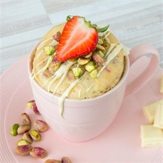 Witte chocolade mug cake met aardbei en pistache