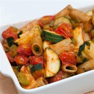 Warme pastasalade met cherrytomaten en courgette
