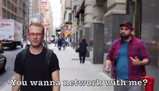 Parodie: nerdy man loopt ook door NYC