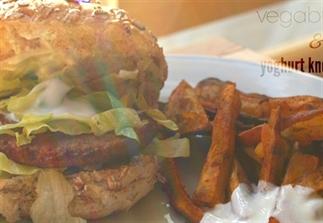 Zoete aardappel, vegaburger & yoghurt knoflookdip