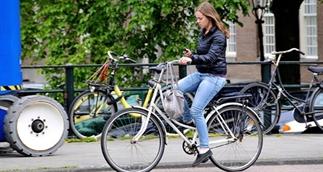 Net geen verbod op bellen en appen op de fiets