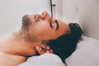 Snurkt je partner? Gebruik noise-cancelling!