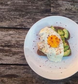 Ontbijtje met Geroosterd brood, Avocado en Ei