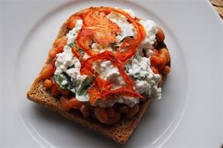 speltbrood witte bonen in tomatensaus & hüttekäse