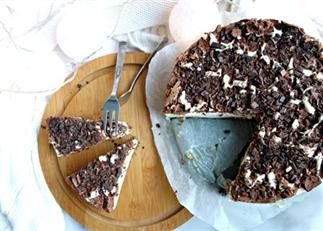 Witte kersttaart met chocoladetopping