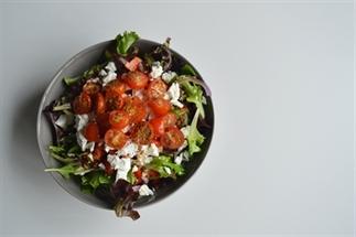 Salade met geroosterde tomaten, feta en linzen
