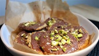 zandkoekjes met chocola en pistachenootjes