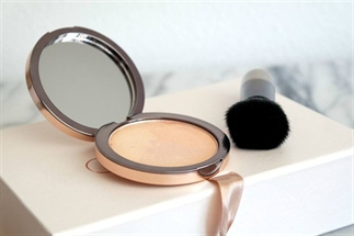 Get your shine on met de Pure Light Compact Powder