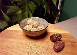 Gepofte quinoa-dadel bliss balls