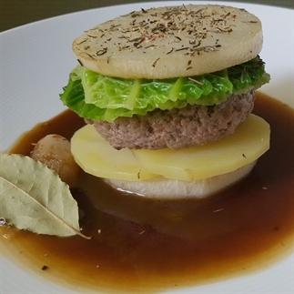 Gezonde hamburger met bier saus