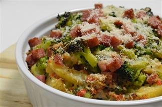 Ovenschotel met broccoli, ham en aardappelpartjes