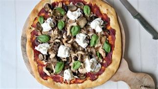 pizza met tonijn, paddenstoelen en mozzarella