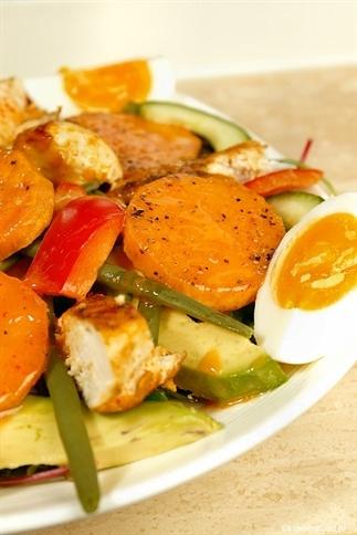 Salade met zoete aardappel en sriracha dressing