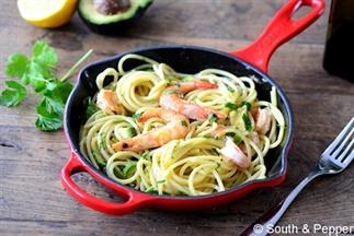 Snelle pasta met avocado en scampi